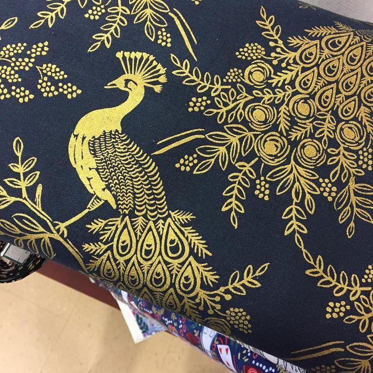This stunning canvas from @cottonandsteel arrived just in time at our local @club_tissus  for a special pattern that we are getting ready for a Black Friday launch. Stay tuned! // Ce magnifique tissu de @cottonandsteel est arrivé juste à temps à notre @club_tissus  pour notre projet spécial. Un patron hors-série dont LE lancement se fera le jour du Black Friday. Restez à l'affût! . . . . . . #sewingpattern #CottonandSteel #riflepapercofabrics #patrondecouture #blackfriday #mysterypattern…