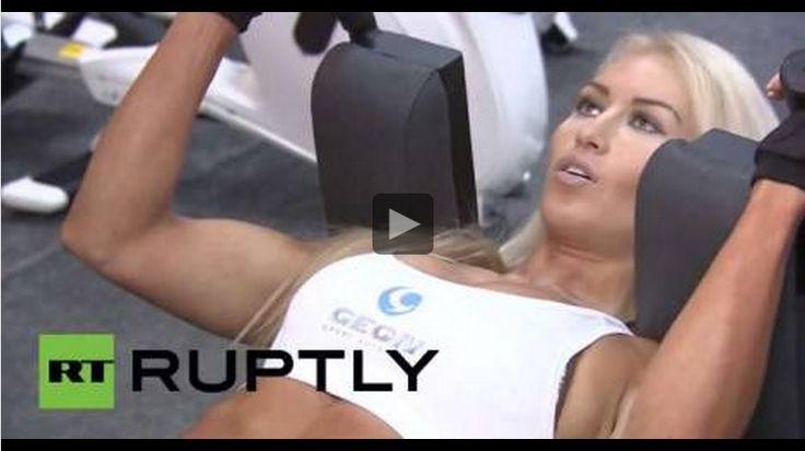 La campeona mundial de Bodyfitness 2014, la rusa Ludmila Nikitina, estuvo en Moscú mostrando un poco de su rutina de ejercicios tras haber ganado el campeonato mundial que se disputó en Montreal el mes pasado.  Continúa impactando a los aficionados a este deporte alrededor del mundo con su larga melena rubia y su atractivo rostro, rompiendo la imagen de que las deportistas de 'bodybuilding' son muy 'masculinas'.