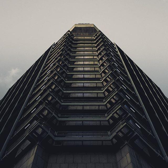 The Tower // Ein Militärgebäude ein Wachturm ein Gefängnisturm eine Forschungseinrichtung aus einem Sci-Fi Movie? Ich bin mir da nie so ganz sicher... Union Investment Tower FFM . OM-D E-M5 Mark II f4.5 1/100 ISO 250 25mm #buildingsoffrankfurt #bahnhofsviertel . . . . #frankfurt #dasechtefrankfurt #frankfurtdubistsowunderbar #frankfurtammain #streetstyle #citylife #ffm #cityscape #buildings #frankfurtcity #igersfrankfurt #agameoftones #instagood #architecture #citybestpics #symmetry…