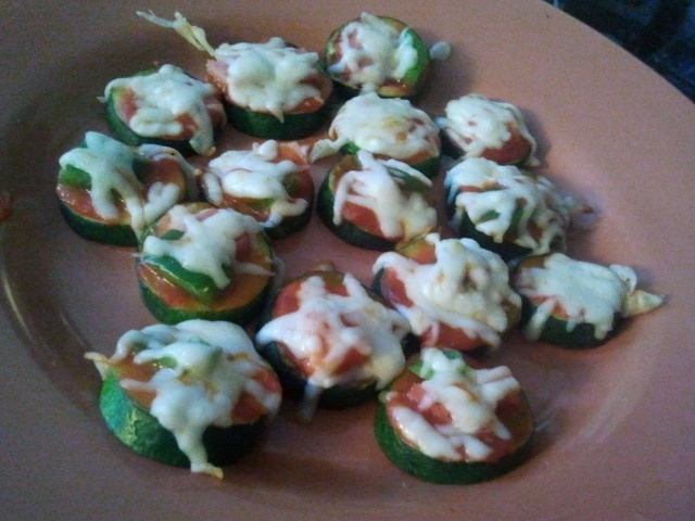 Zucchini pizza bites... use fat free mozzarella cheese and you got an AMAZING low cal , low fat appetizer !