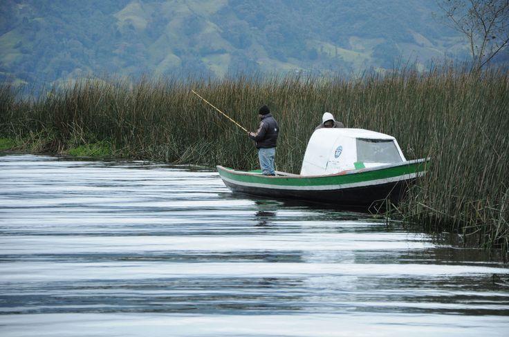 De pesca en La Cocha.