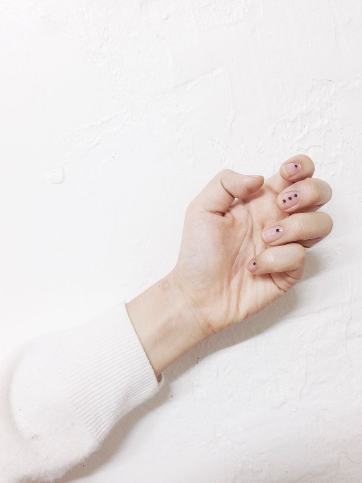Minimalist Dots | 9 Minimalist Nail Art Designs For Spring, check it out at http://makeuptutorials.com/minimalist-nail-art-makeup-tutorials