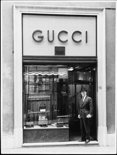 Guccio Gucci. Il marchio Gucci è nato dal fondatore della casa, Guccio Gucci, che dopo aver lavorato per alcuni anni a Londra, tornò nella natia Firenze e fondò diversi negozi di pelletteria, ma la prima vera e propria boutique si apre a Roma nel 1938, in via dei Condotti 8