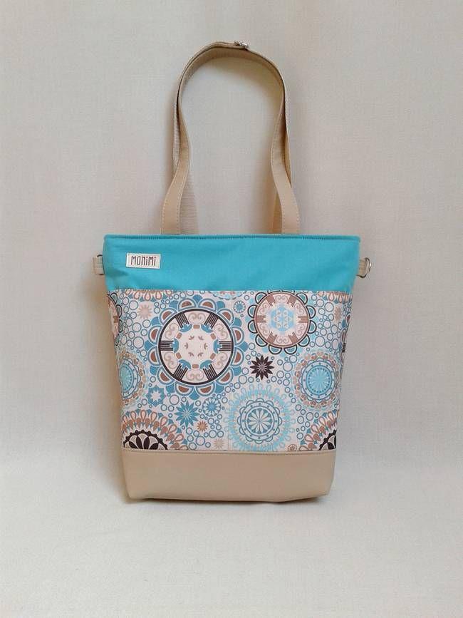 A kék mandala mintát türkiz kék vászonnal egészítetem ki. Így a táskád olyan, mint egy napos, vidám reggel, amikor felhő sincs az égen! És egy fantasztikus megoldás: Szemből látszólag csak egy sima táska. De ha jobban megnézzük a hátsó fül egy hosszú heveder pánt, aminek a segítségével könnyedén hátizsákká alakíthatjuk! Young-bag 24 #női #táska #hátizsák