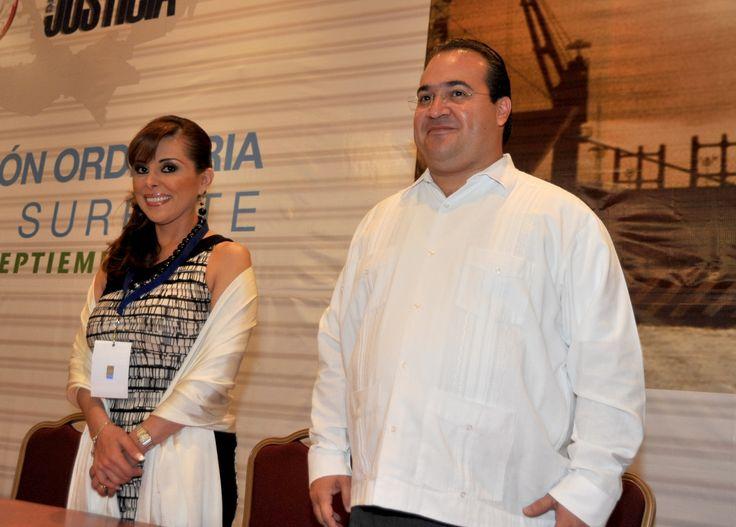 El gobernador Javier Duarte de Ochoa y la procuradora Marisela Morales Ibáñez, durante la Segunda Sesión Ordinaria Zona Sureste de la Conferencia Nacional de Procuración de Justicia, donde el mandatario estatal destacó la aprobación que los diputados locales hicieron del nuevo Código de Procedimientos Penales del Estado.