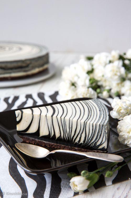 Galleriassa nimimerkki hirvvi julkaisi maaliskuussa mustavalkoisen seeprakakun. Kakku oli todella näyttävä ja sain siitä kipinän kehitellä salmiakilta maistuvan version. Monenlaista seepraa olen aiemminkin tehnyt, kirjasta löytyy suklaaseepra ja blogista samalla tekniikalla toteutettu polkakakku, valkosuklaa-marjaspiraali ja valkosuklainen sateenkaarikakku. Näiden kakkujen täytteissä on kuitenkin käytetty valkosuklaata. Nyt halusin tehdä version, joka on helposti sovellettavissa…