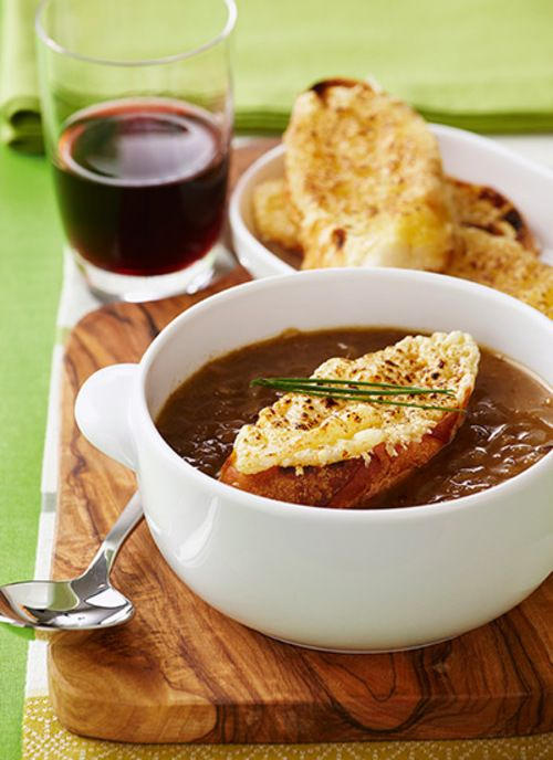 Deliciosa para el almuerzo o la cena, la sopa de cebolla francesa es un clásico de sabores complejos y texturas contrastantes. En cazuelas de barro o en los tradicionales recipientes cerámicos, la sopa de cebolla sale del horno con los aromas tostados del pan y el queso derretido.