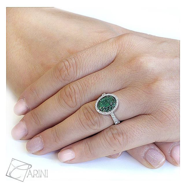 Un anello eccezionale con smeraldo centrale di forma ovale circondato da piccoli smeraldi rotondi, che creano l'effetto di un'unica pietra di dimensioni maggiori. Realizzato artigianalmente con due tipi di rodiatura, nella testa quella nera mentre nel resto una rodiatura bianca. Un regalo di anniversario mozzafiato e davvero unico per lei!  #emerald #cut #engagement #rings #wedding #anniversary #engaged  #handmade #italy #etsyseller