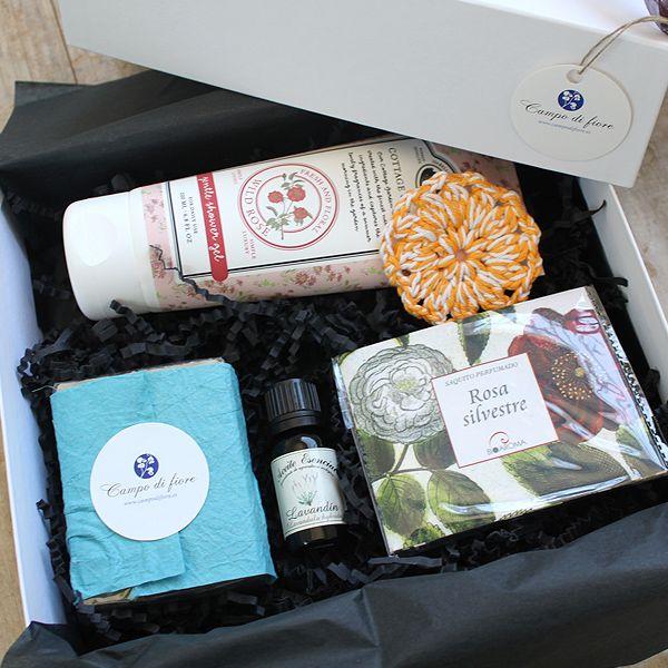 Mayo es el mes de las flores y en esta caja hemos recreado todo un mundo de sensaciones florales en torno a distintos productos de cosmética natural. Hemos seleccionado estos productos por sus notas f...