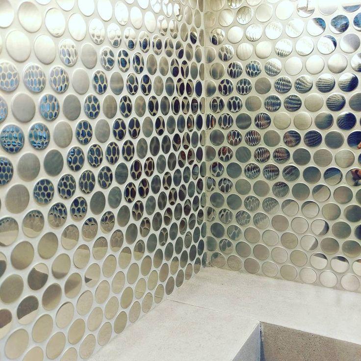 A może trochę więcej światła w Waszej łazience? Lustrzane płytki to strzał w dziesiątkę!    #HOFF #salonhoff #kraków #ilovehoff #łazienka #łazienki #design #wystrojwnetrz #bathroom #bathroomdesign #ceramika #inspiracja #płytki #tiles #mozaika #mosaic #wnętrze #wystrojwnetrz #design #pomysł