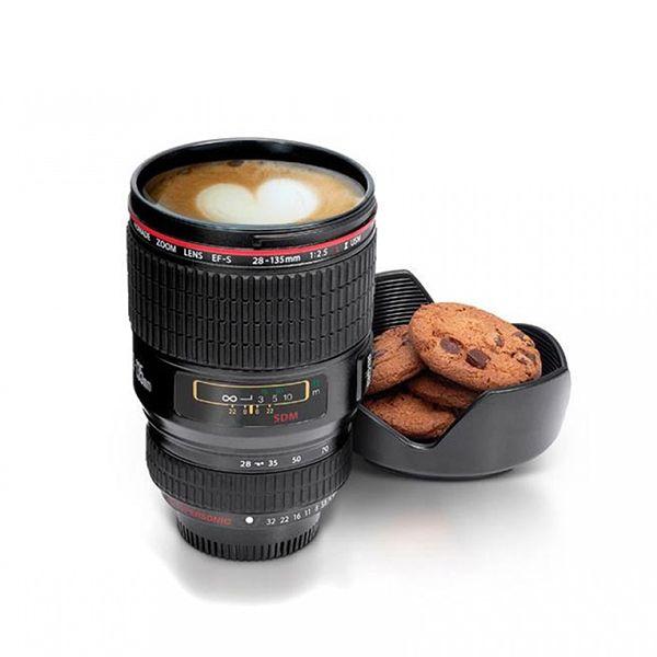 La Taza Lente es ideal para quienes aman la fotografía o le gustan los objetos originales. La tapa del objetivo es desmontable para mantener la temperatura estable en el interior, ya sea frío o caliente.  ¡También la podés utilizar como posavasos o como bandejita para tus galletitas!