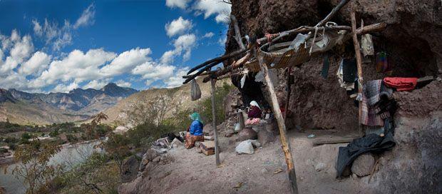Rarámuris. Los hombres de pies alados. Los Tarahumaras continúan haciendo artesanías como lo hacían sus antepasados