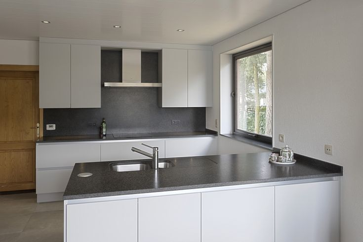 Graniet Rustenburg Letano keukenwerkblad + grijze kastjes