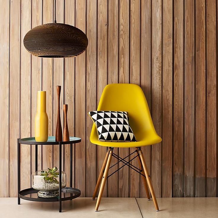 Καρέκλα Dining Wood σε σχέδιο Eames και φωτιστικό από ανακυκλωμένο χαρτόνι.