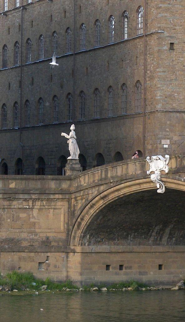 Il ponte a Santa Trinita e, sullo sfondo, il palazzo Spini-Feroni, Firenze