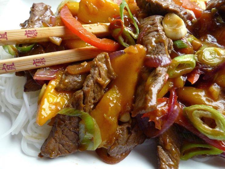 Rundvlees in een pittige en zoetzure saus met mango, kan niet beter! En nog supersnel klaar ook. | http://degezondekok.nl