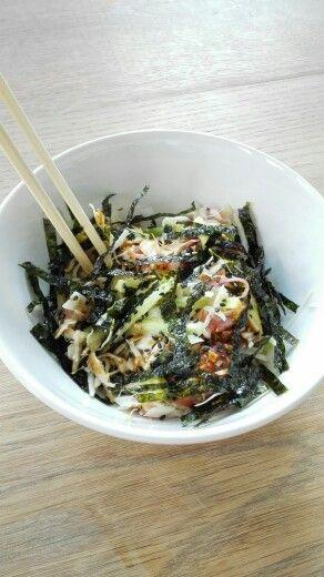 Salmon sashimi salad with cabbage, cucumber, nori and sesame seeds | Zalm sashimi salade met kool, komkommer, nori en sesamzaadjes