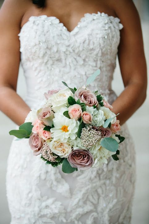 Bridal Bouquet by Studio AG. Photo by: Franches Iacuzzi Photography http://francesiacuzzi.com/