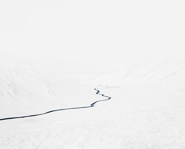 Le photographe anglais Jonathan Smith a photographié pendant l'hiver en Islande des paysages minimalistes qui ne contiennent que les lignes bleues tracées par les ruisseaux qui coulent au milieu de la blancheur immaculée de la neige recouvrant les paysages.