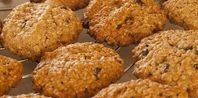 How to Make Peanut Oatmeal Cookies Without Brown Sugar | eHow.com