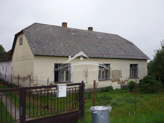 Cihlový rodinný dům 2+1 navlastním pozemku 1.810m2 navelice hezkém aklidném místě, dům je vpůvodním stavu, zavedena obecní voda + vlastní studna, bojler, napojeno nakanalizaci,