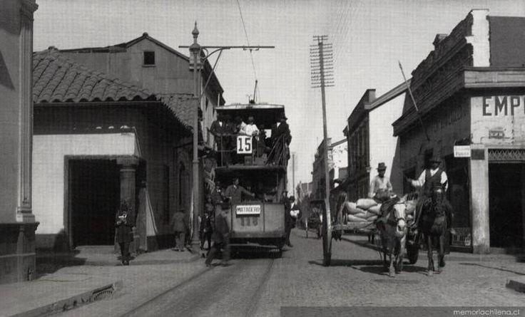 Calle Arturo Prat con Tarapacá, donde se ve un carro del recorrido Nº 15