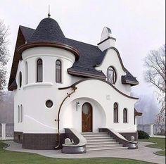 Lieben Sie die kurvigen Linien auf diesem Haus! Die Fenster und Türen sind super. Ich auch l …