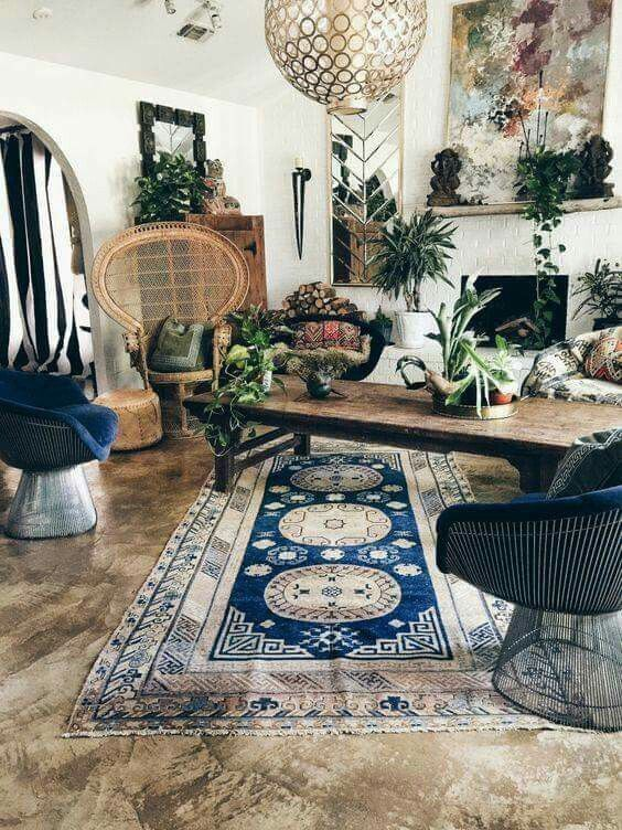 Bohemian urban jungle interieur met de perfecte pauwstoel.