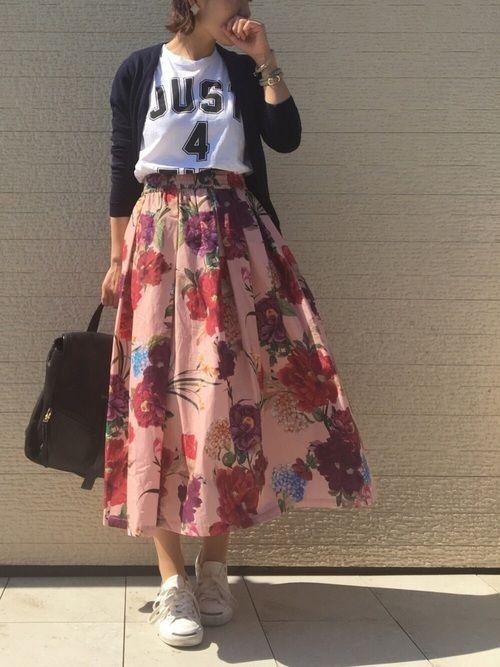 花柄スカートをスニーカーでカジュアルダウン。 一気にあったかくなりましたねーむしろ暑いでも、