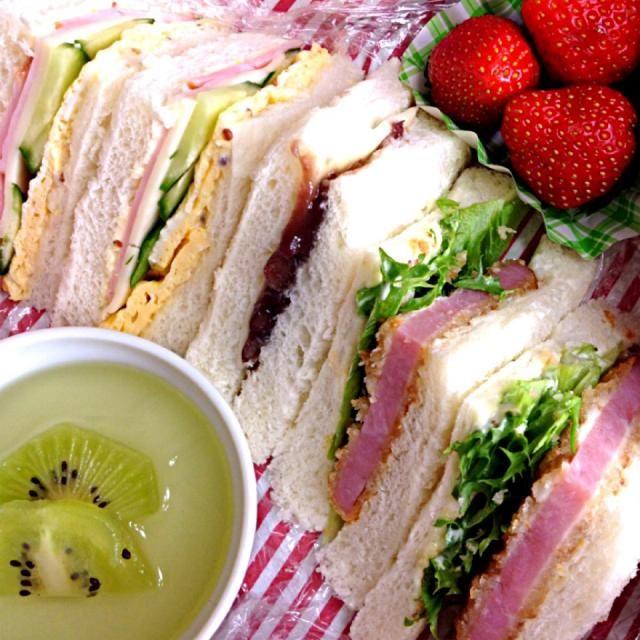 今日のお弁当は、サンドイッチです  ハムかつサンド〜  くららさんのレシピから、小倉チーズサンドをお口直しに入れて…(*^^*)  これ、美味しかったデス~ - 93件のもぐもぐ - サンドイッチ弁当、小倉チーズ入 by sora