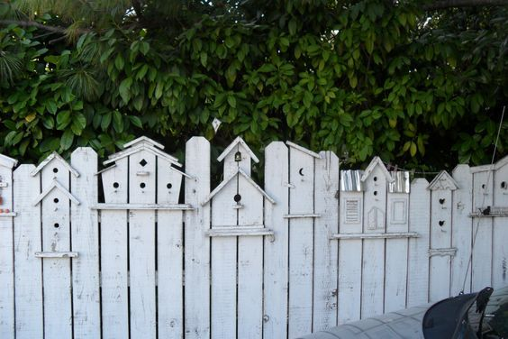 Findest du deinen Gartenzaun auch etwas langweilige? Dann pimpe deinen Zaun mit diesen 18 kreativen Ideen - DIY Bastelideen