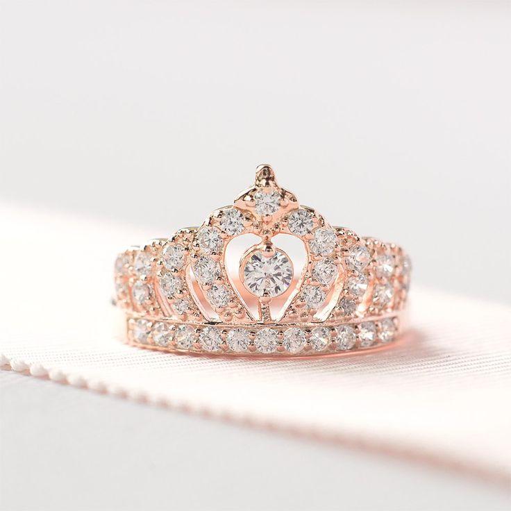 Gioielli da Sposa 2017  Una delle soluzioni più inusuali e innovative proposte dagli stilisti sono gli anelli a forma di corona. Popolari saranno anche gli anelli che simboleggiano eternità e amore.