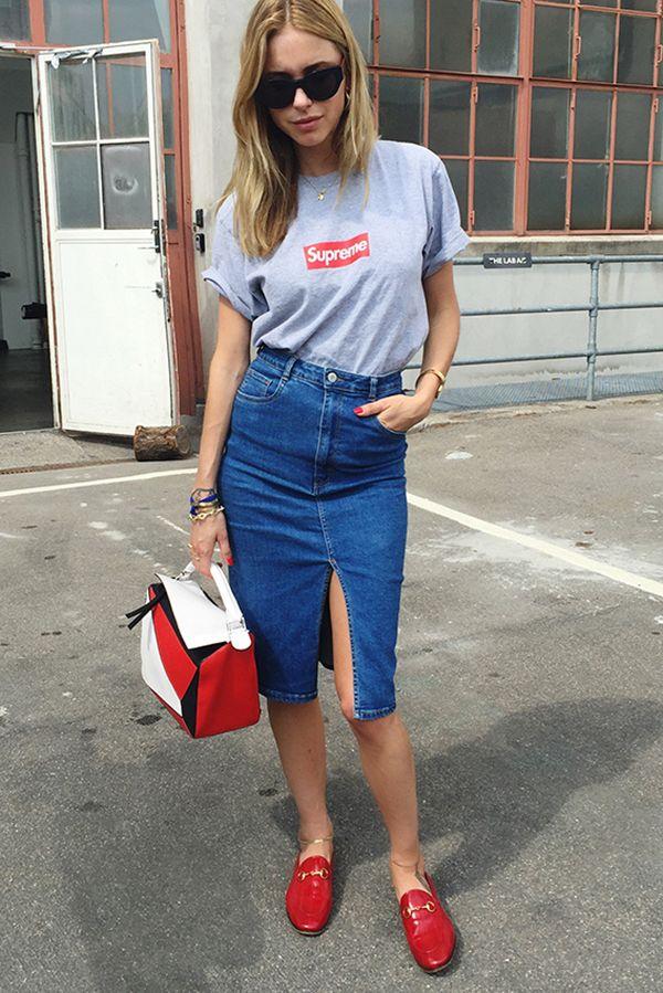 Camiseta + saia jeans é boring? Nada disso! Invista em uma saia modernosa e pronto!