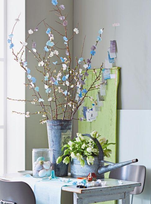Mit ein wenig Basteltalent lassen sich auch kahle Zweige für den Ostertisch aufpeppen.