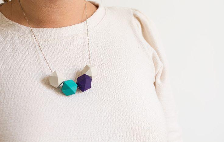 DIY : collier à facettes http://www.vertcerise.com/2013/09/09/diy-collier-a-facettes-perles-bois-geometrique-peinture-ressource-bensimon/