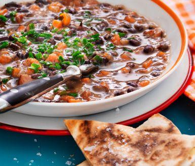 Mustig soppa med smak av den amerikanska södern! Till det krispigt stekta quesadillas med ost.