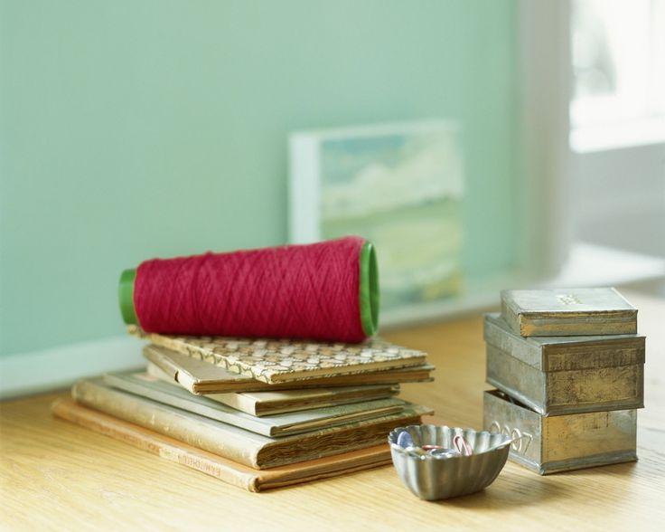 Valorisez vos objets vintage avec un fond rafraîchissant. Cette douce teinte de vert menthe est lumineuse et rafraîchissante. Son côté intemporel est parfait our les pièces au style rétro.