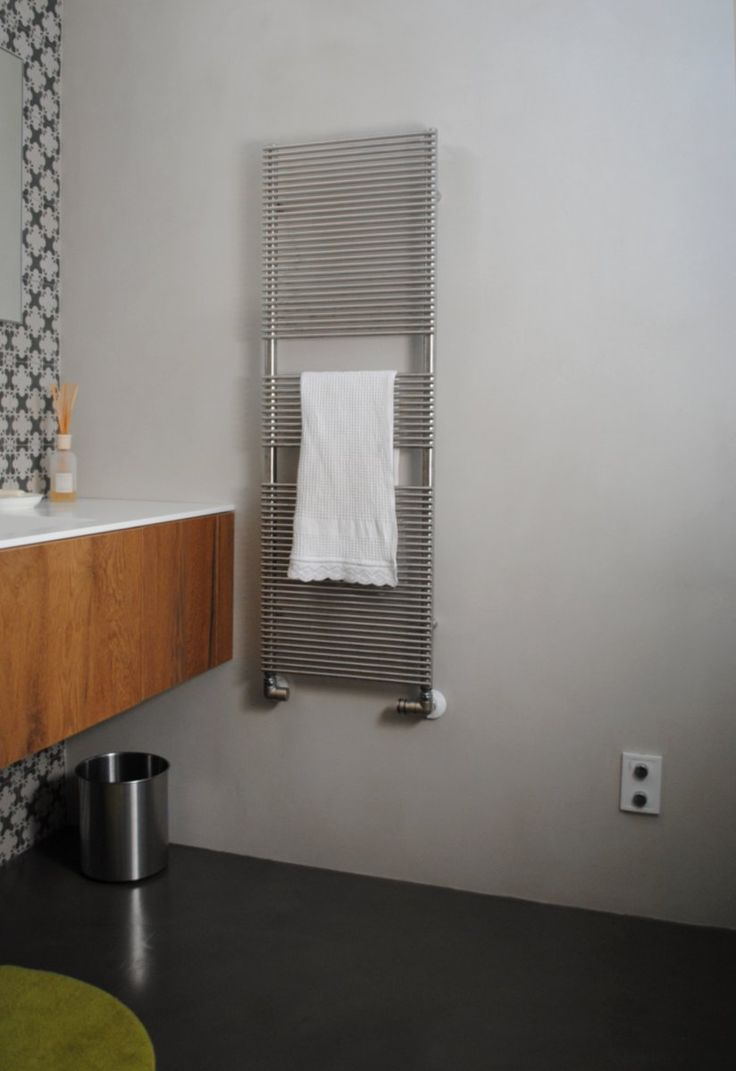 Resina idee pavimento : gioca con i rivestimenti: pavimento in resina grigio, parete in resina ...