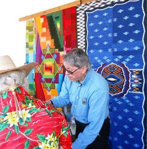 """Esta en una mercado en el aire libre. Esta vendiendo """"weaving"""" a los personas en el mercado. Quiero ir a un mercado aire libre en España mucho."""