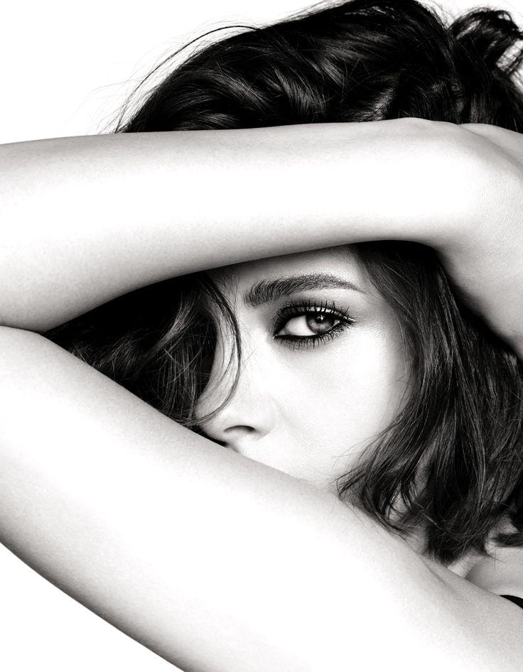 Kristen Stewart pour le maquillage des yeux Chanel, mystérieuse