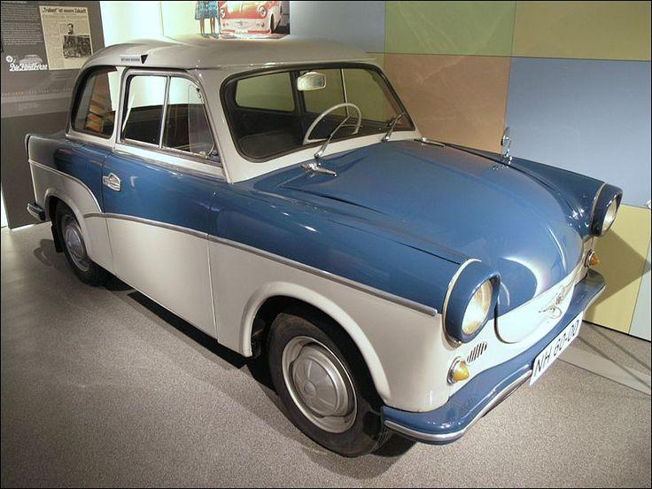 """Ein Trabant (Typ P50, auch """"Trabant 500"""") im August-Horch-Museum, Zwickau. Der zweifarbige """"Sonderwunsch"""" (lidoblau/creme) wurde zwischen Juni und Oktober 1959 gebaut."""