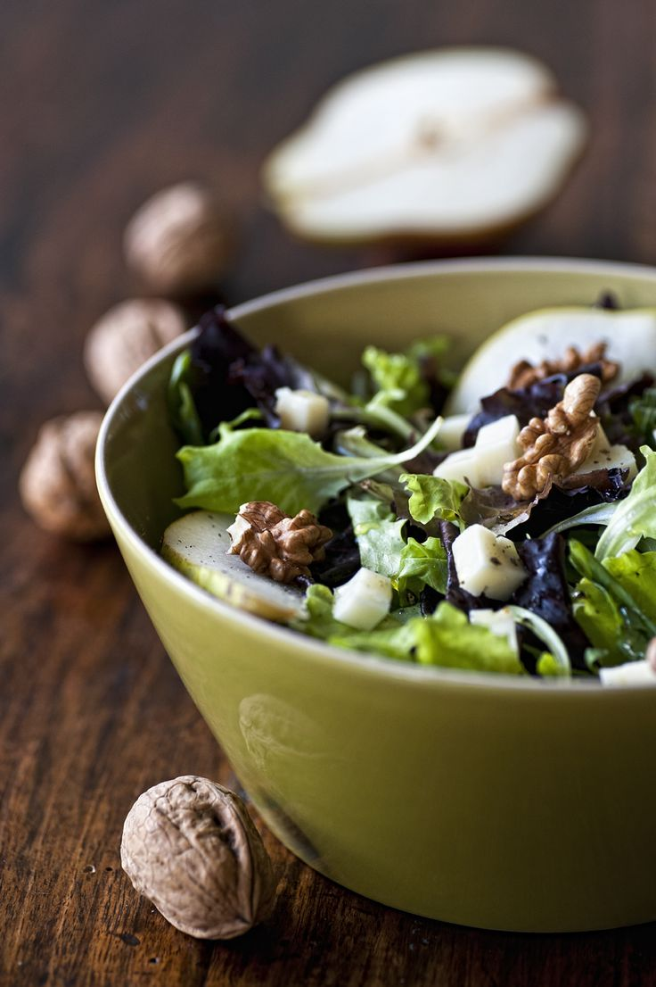 Insalata con pere, noci e pecorino - (Pear, walnut and pecorino (sheep cheese) salad.