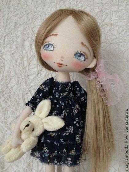 Купить или заказать Кукла малышка Эля в интернет-магазине на Ярмарке Мастеров. Девочка одета в темно-синие платье в мелкий цветочек, не съемное. Волосы искусственные трессы можно расчесывать и менять прическу. Малышка держит любимого маленького зайку. Подставка входит в комплект.…