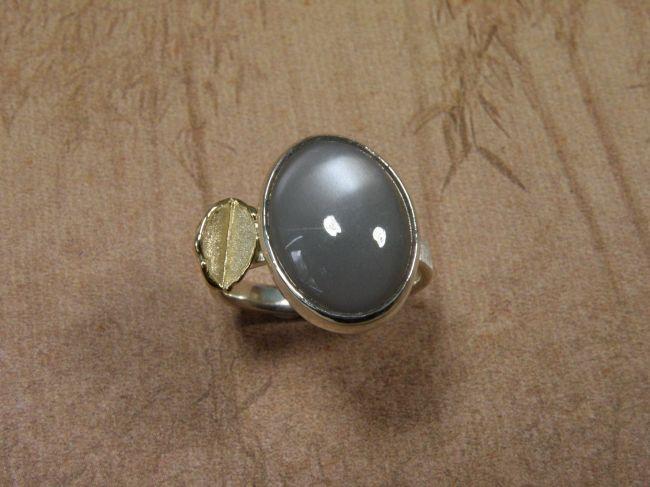 * ringen | oogst-sieraden * Ring * Zilver met grijze maansteen cabochon en geelgouden blaadje * Unicum*