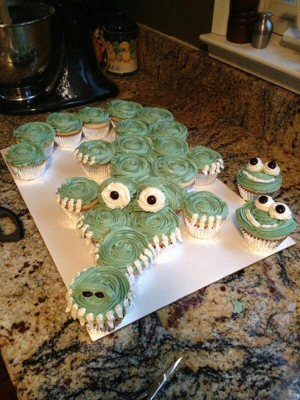 Aw. This is adorable! An aligator cupcake cake.