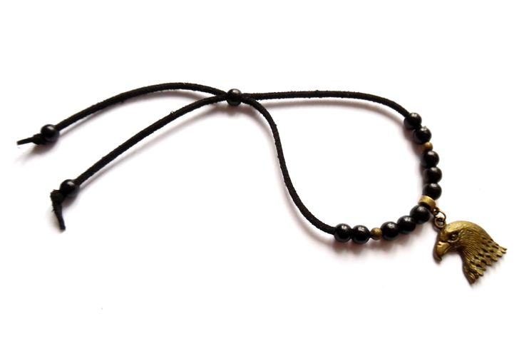Armband i svart mocka med detaljer i brons och svarta träpärlor.  Armbandets storlek går att anpassa.