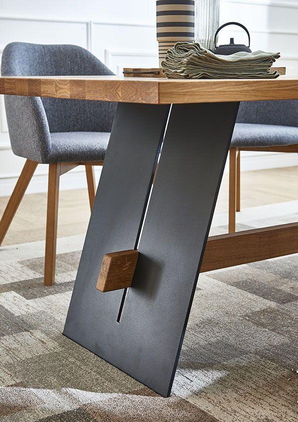 Die Kombination Aus Massiver Eiche Einem Metallgestell Und Der Liebe Zum Detail Die Kombination Aus Massiver Eiche Einem Me Holztisch Design Dekor Tischdesign