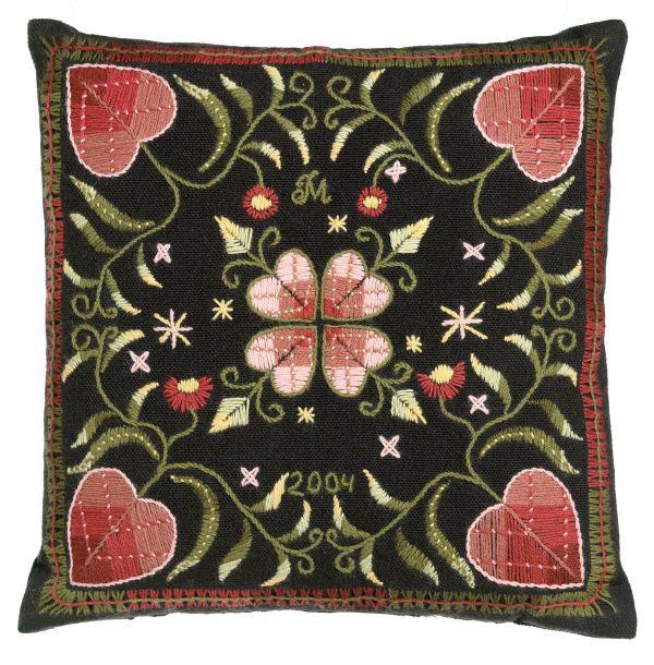 Julia Martiskainen: Kedolla perinnekirjontatyyny - traditional wool embroidery
