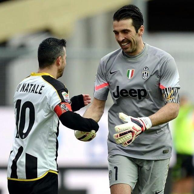 Una bella immagini di calcio, Antonio #DiNatale e Gianluigi #Buffon si stringono la mano prima della partita #UdineseJuventus