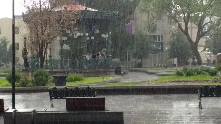 <p>Chihuahua, Chih.- Esta tarde se registró una fuerte lluvia en el centro de la ciudad donde ciudadanos fueron sorprendidos.</p>  <p>Segun